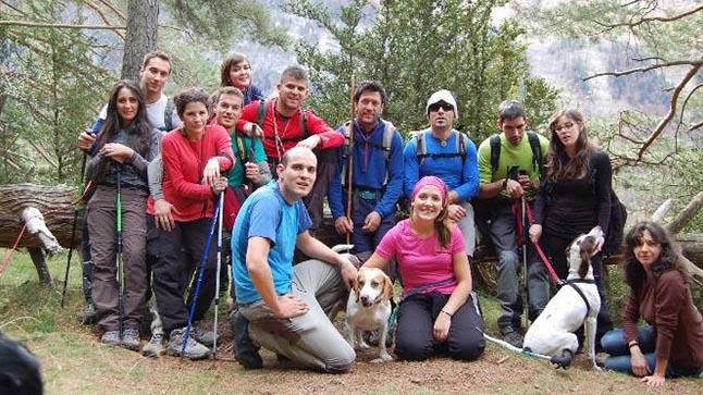 Grupo de personas en el campo con un perro